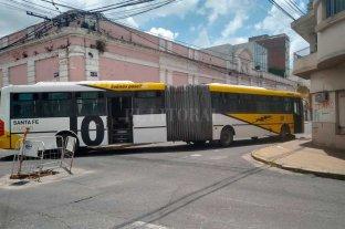 Un colectivo se rompió e interrumpe el tránsito en el macrocentro