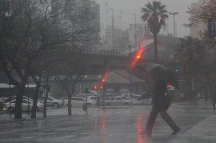 Desapareció un remisero tras ser arrastrado por la corriente en una calle inundada de Tigre