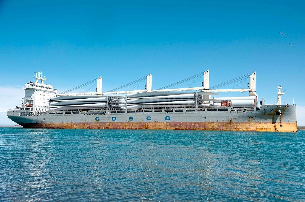 Puerto Deseado esperaba por estas horas el desembarco de 33 aspas y 40 tramos de torre, que permitirán completar el equipamiento para los 29 aerogeneradores.  <strong>Foto:</strong> YPF Luz