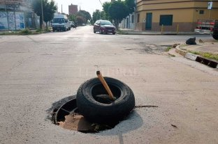Una tapa de alcantarilla en mal estado preocupa a vecinos de barrio Candioti