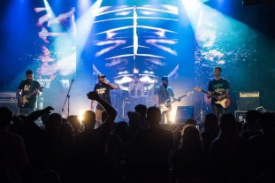 Rompiendo Espejos en Tribus - Enterados de su existencia, los músicos del conjunto liderado por Pato Fontanet los invitaron a viajar al penal de Ezeiza y compartir escenario. -