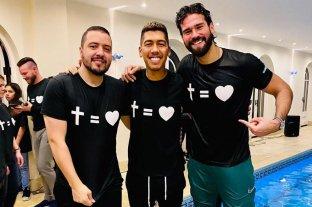 Video: El delantero Firmino se bautizó en una pileta con ayuda de su compañero Alisson