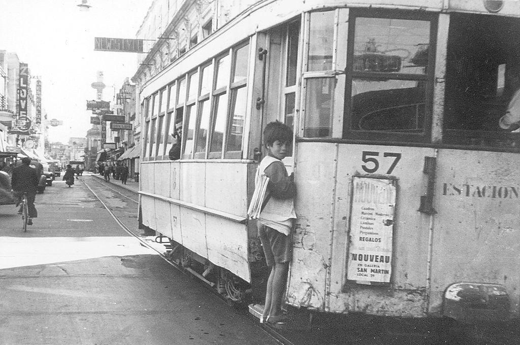 """Coche Catita a fines de los años 50. Para Carlos Monzón, su recuerdo más distintivo de Santa Fe eran los tranvías. """"Viajar en tranvía... es lo que más me gustaba... a veces podía pagar el boleto, a veces me colaba... pero qué lindo que era"""".  <strong>Foto:</strong> Archivo El Litoral - Eduardo Trimaglio"""