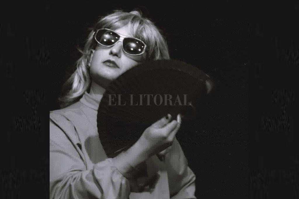 Esther Narcótica es uno de los diversos personajes que Nati Fessia interpreta. Esther te habla en tono español y te saca a pasear por el mundo. Crédito: Gentileza producción