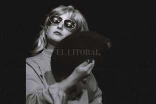 Nati Fessia como Esther Narcótica - Esther Narcótica es uno de los diversos personajes que Nati Fessia interpreta. Esther te habla en tono español y te saca a pasear por el mundo. -