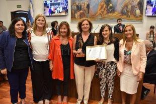 Reeditan el certamen para incentivar el periodismo con mirada de género - En la edición 2019, la periodista de El Litoral, Nancy Balza (al centro, sosteniendo la estatuilla y el diploma), obtuvo el Premio Vilginia Bolten en la categoría Prensa Escrita. -