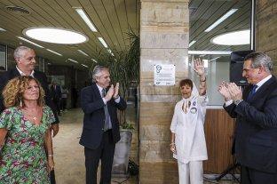 El presidente estuvo en el acto en el que se restituyó la placa al hijo de Taty Almeyda