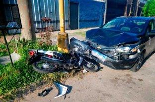 Fuerte choque entre un auto y una moto en barrio Guadalupe Oeste -