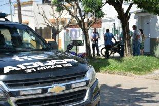Investigan la muerte de una trabajadora social - Los investigadores trabajaron largo rato en el lugar del suceso ante la mirada de los vecinos.  -