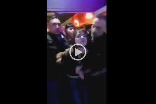 Video: Un patovica atacó violentamente a una mujer a la salida de un boliche