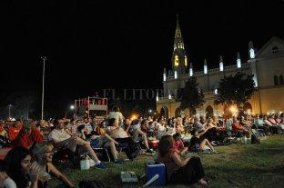 El Festival Folklórico de Guadalupe convocó a más de 30 mil personas -  Tanto en la primera como en la segunda noche, una multitud acompañó el canto solidario de los artistas locales y regionales que se sumaron al tradicional evento. -