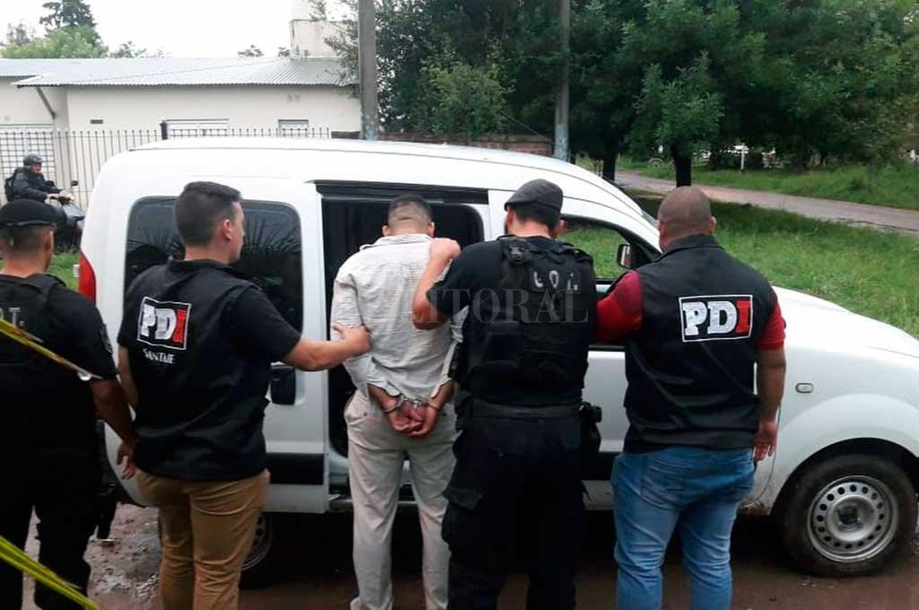 El momento en que el sospechoso es trasladado a la sede policial Crédito: El Litoral