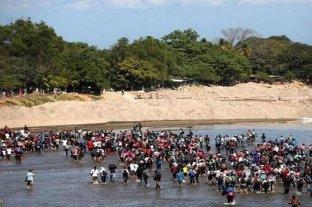 Caravana de migrantes ingresa ilegalmente a México