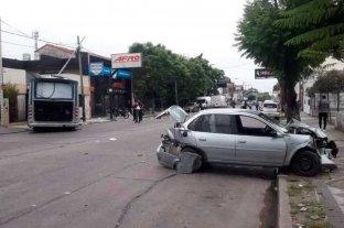 Un colectivó chocó e impactó con un inmueble: murió el chofer