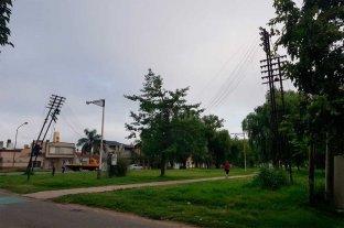Un viejo poste corre riesgo de caerse en la ciclovía de Pedro Víttori -  -