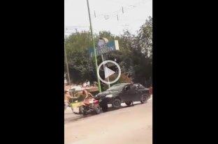 Video: Salvaje pelea con palos, machetes y un auto embistiendo un cuatriciclo en Tucumán -
