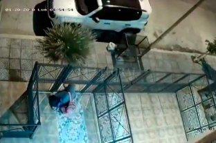 Jóvenes santafesinas fueron desvalijadas en Carlos Paz - Las cámaras de seguridad del complejo de departamentos fueron clave para reconstruir cómo fue el robo