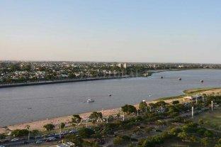 El Río Paraná superó los 2,30 en Santa Fe y pronostican un leve descenso para febrero - Una postal de la ciudad. La Laguna Setúbal y la playa de la Costanera Este, con más arena de lo habitual por la bajante del río. -