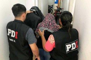 Detenidos por extorsión  - El momento en que los apresados son trasladados a la sede policial -