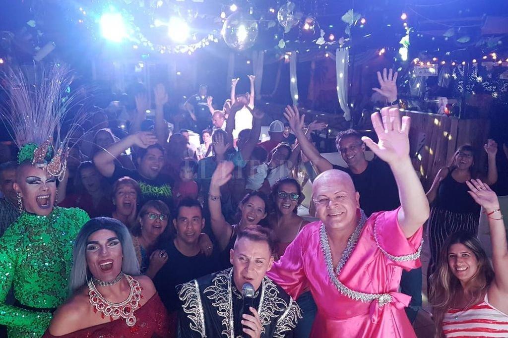 Las figuras locales Max Drag Andrógeno y Anya First y los santafesinos Matías Ramírez (creador de la propuesta) y José María Godoy, en una foto con su público. Crédito: Gentileza producción