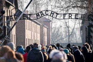 """Turistas se toman """"selfies"""" en la cámara de gas de Auschwitz"""