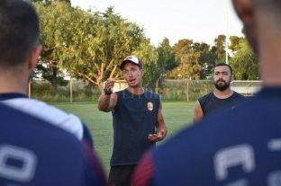 """""""En la cancha somos once contra once""""  - En acción. El entrenador Alejandro Olivera ultima detalles para el debut de su equipo en el Regional. -"""