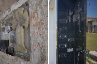 """Por el vandalismo, el cementerio municipal sigue sin encontrar paz - """"No robar más"""", el pedido que dejó escrito un familiar harto de ser víctima de los delincuentes que se llevan las placas / Placas. Las de bronce son las más codiciadas por los delincuentes.  -"""