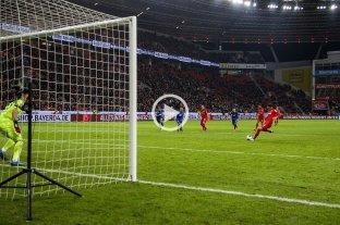 Gol de Alario en el triunfo del Bayer Leverkusen - El exColón marcó de penal. -