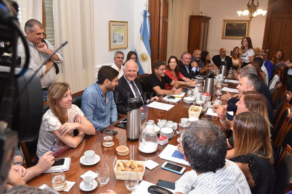 Diputados en la presidencia de la Cámara baja, encabezados por el ex gobernador Miguel Lifschitz. Crédito: Flavio Raina
