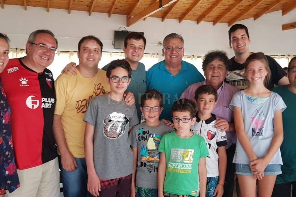 Marcos Camino, Cacho Deicas, Cristóbal Mirabelli y toda su familia. Fue este fin de semana, en el sur de Buenos Aires. Crédito: Gentileza
