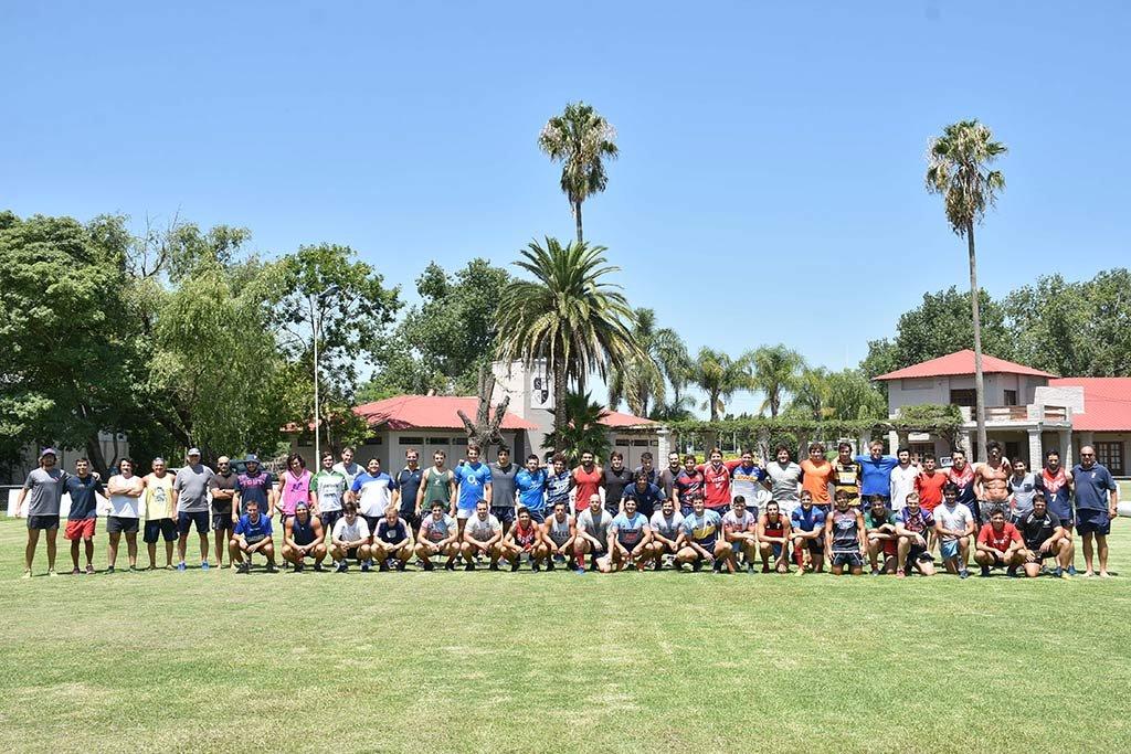 """Plantel Superior de Santa Fe Rugby Club. Los integrantes del calificado grupo, momentos antes del inicio de una de las jornadas de entrenamiento en Sauce Viejo. """"Una vez más, la respuesta inicial resultó óptima, desde el punto de vista que la analice"""", destacan los conductores. <strong>Foto:</strong> Pablo Aguirre."""