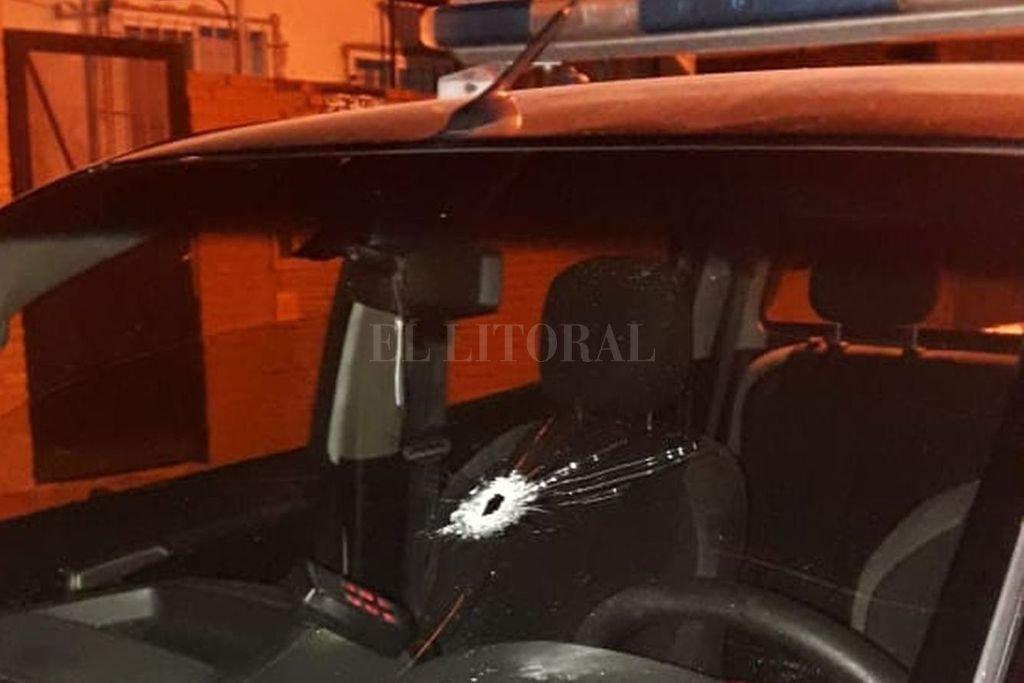 La bala perforó el parabrisas delantero del patrullero y terminó en el chaleco del agente.  Crédito: El Litoral