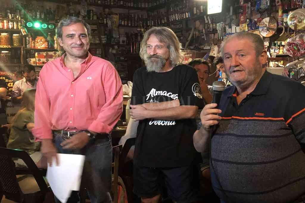 """Martínez y Pallero durante su visita al tradicional """"Almacén Verona"""".  Crédito: Gentileza"""