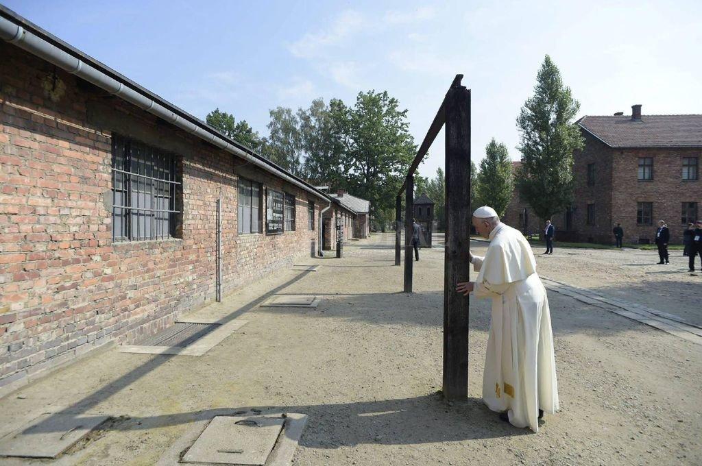 El silencio y la oración marcaron la presencia del Papa Francisco en el campo de Auschwitz / Birkenau en el año 2016. <strong>Foto:</strong> Gentileza L'Osservatore Romano