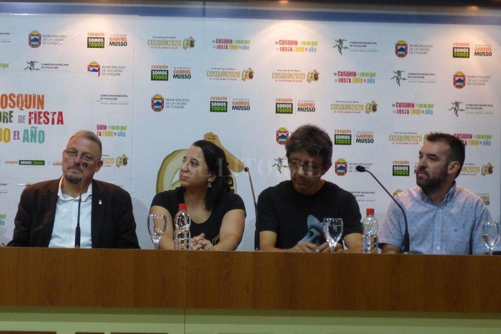 Daniel Bianchi y Laura Ibañez, de Canticuénticos, durante la conferencia de prensa y entrega de la distinción que se llevaron adelante en Cosquín. Allí compartieron el espacio con autoridades y organizadores.  <strong>Foto:</strong> Gentileza Canticuénticos