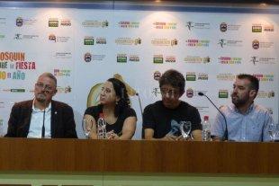 Reconocen en Cosquín a Canticuénticos - Daniel Bianchi y Laura Ibañez, de Canticuénticos, durante la conferencia de prensa y entrega de la distinción que se llevaron adelante en Cosquín. Allí compartieron el espacio con autoridades y organizadores.  -