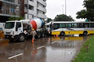 Avenida Alem: un colectivo embistió un camión -  -