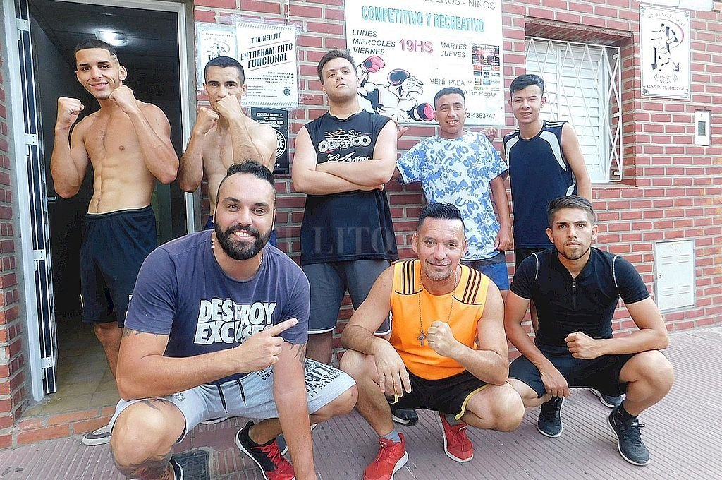 Optimismo, es lo que sobra.<XB> Orlando Azcurra (abajo, en el centro) acompañado por sus boxeadores y colaboradores del GIMNASIO PARQUE Garay, que hace muchos años viene invirtiendo muchas horas al día para orientar boxísticamente a decenas de concurrentes, algunos de ellos con el objetivo de practicar BOXEO para llegar a ser profesional, y otros solamente para realizar una actividad que los mantenga en forma físicamente. Crédito: Gentileza Orlando Azcurra