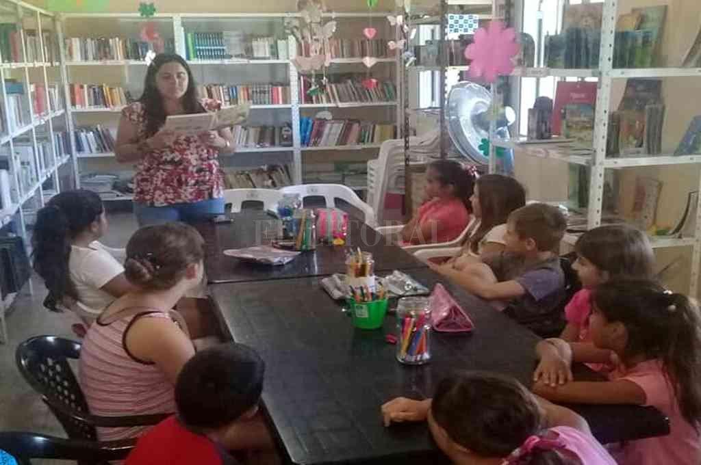 """""""Durante la tercera jornada del taller nos acompañó la profesora María del Carmen, con quienes los niños decoraron hermosos barriletes, y antes de finalizar el taller todos de llevaron libros para leer en su casa"""", afirmaron autoridades de la institución. Crédito: Gentileza"""