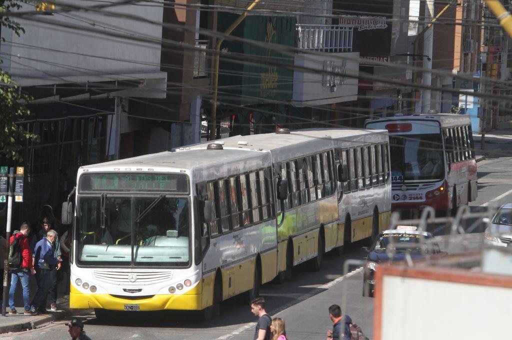 """La reducción horaria del carril """"es necesaria porque el mayor nivel de tráfico de Rivadavia es a la mañana. Así, con un carril de 7 a 14 se agilizaría el transporte público y por la tarde, se recuperaría la vida comercial de la avenida"""", asegura el edil. Crédito: Archivo El Litoral / Mauricio Garín"""