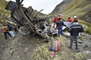Al menos 15 muertos y 14 heridos al caer un micro por un barranco en Bolivia