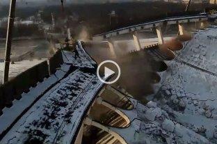 Video: se derrumbó el techo de un estadio y mató a un obrero