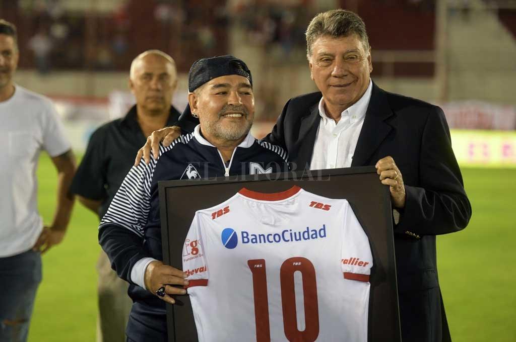 En todas las canchas Maradona es reconocido. Este viernes le tocó en Huracán. <strong>Foto:</strong> Télam