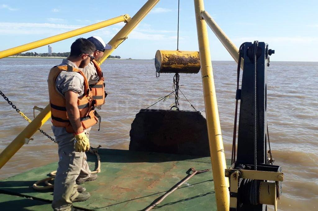 """Remoción. La pluma del remolcador retiró los 15 """"muertos"""" localizados en la Setúbal.  Crédito: Gentileza Ente Administrador del Puerto Santa Fe"""