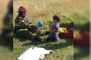 Los bomberos que llevan juguetes para entretener a los chicos en las emergencias