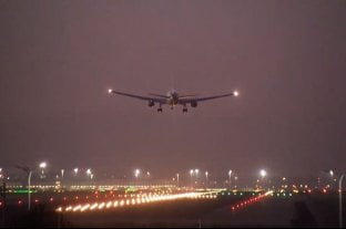 Video: el avión de Air Canadá con problemas en el tren de aterrizaje descendió sin problemas en Madrid