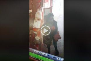 Video: Fue a comprar empanadas y se robó el frasco de propinas del local