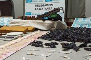 Con una ametralladora custodiaban un búnker para venta de drogas: hay cinco detenidos