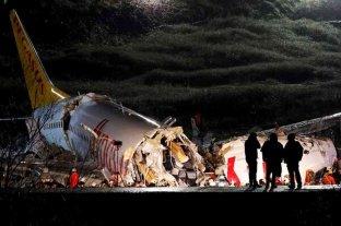 Un avión se despistó al aterrizar en Estambul y se partió en tres