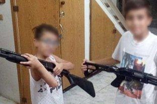 Separan de su cargo a un penitenciario que publicó fotos de sus hijos con ametralladoras en Facebook
